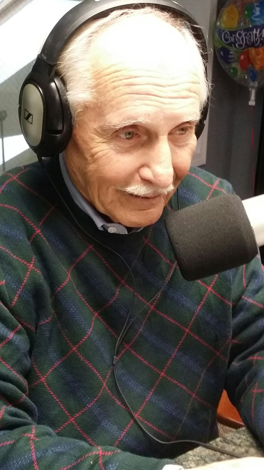 Glassner Provides Live Readings for Christmas